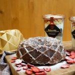 Bábovka s bielou čokoládou a jahodami v dóze 430g