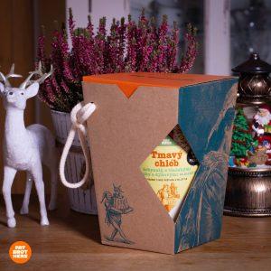 Nekysnutý tmavý chlieb s orechami a dyňovými semienkami v darčekovej krabičke